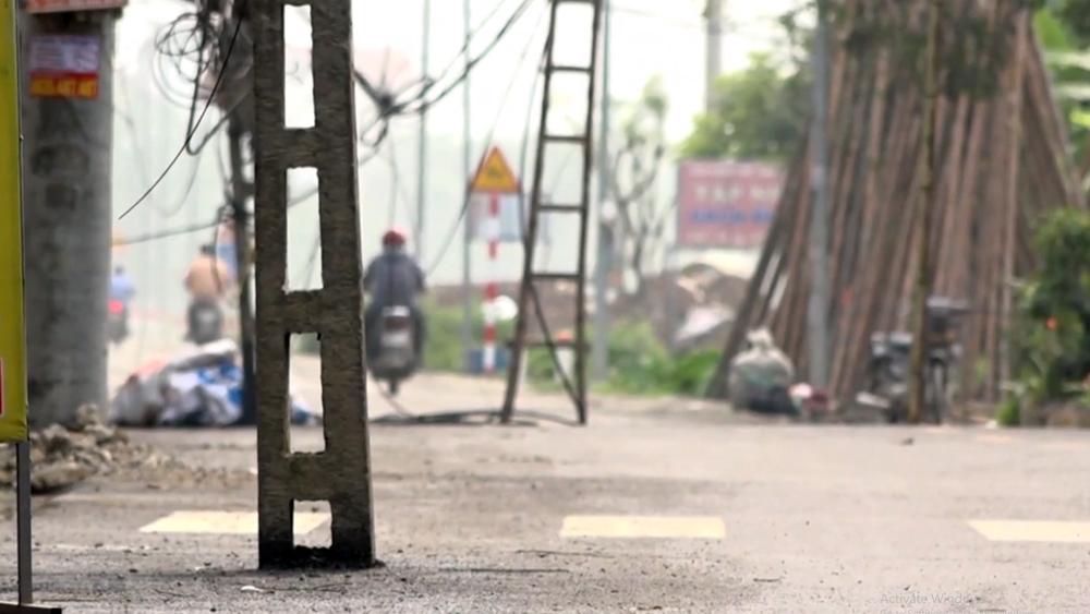 Hàng cột viễn thông 'đứng' giữa đường ở Hà Nội